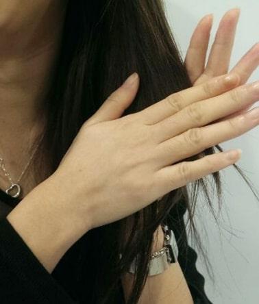 7-將乳液以掌心於髮尾擦拭